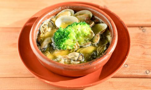 カキやあさりなどの魚介類で作る「緑果オイルのアヒージョ」