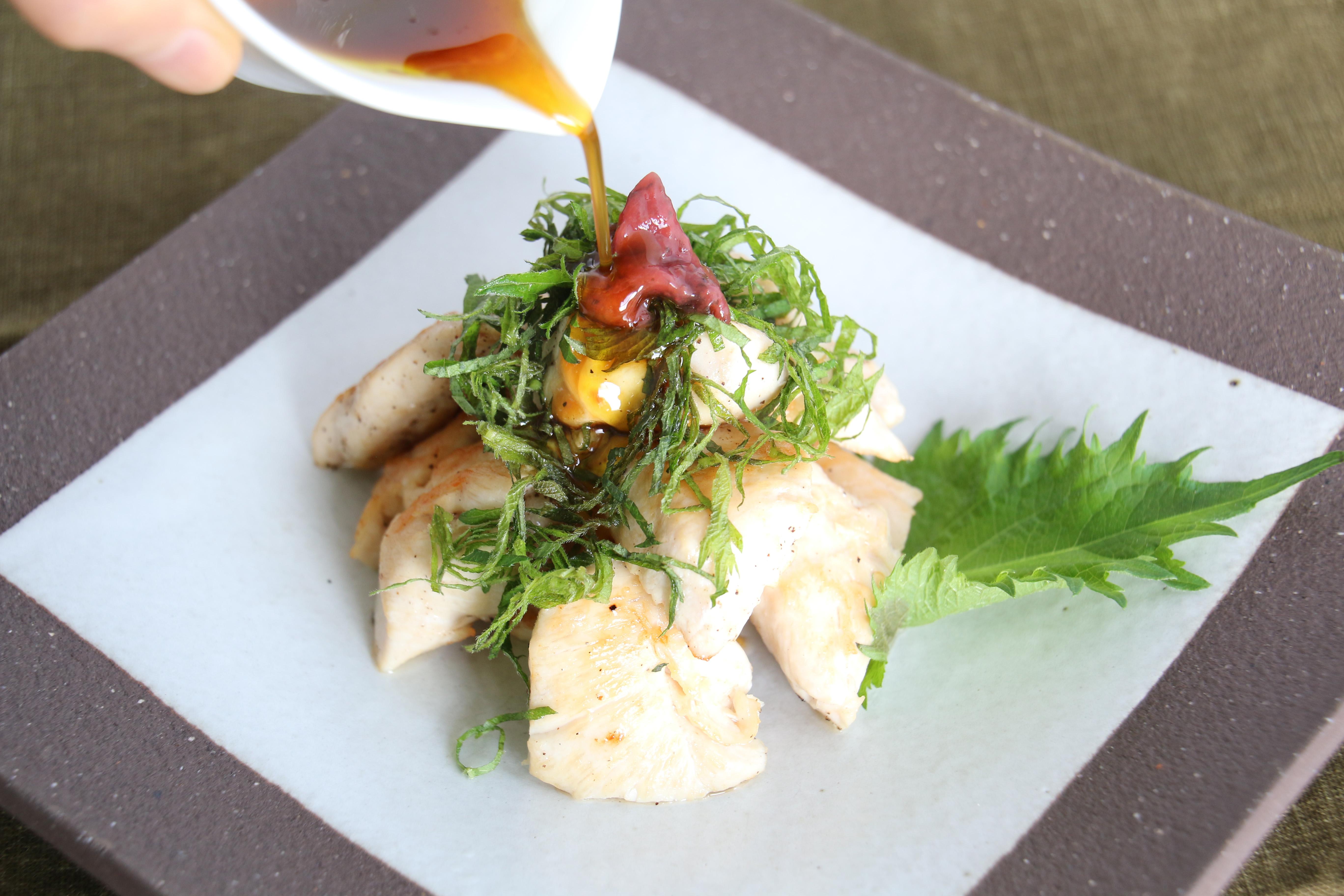 作り方) 1、ささみは食べやすい大きさに切り、フライパンで塩コショウをして焼く。 2、焼いたささみを皿に盛り、梅肉と大葉を飾る。  3、「緑果+ポン酢」の特製ダレを