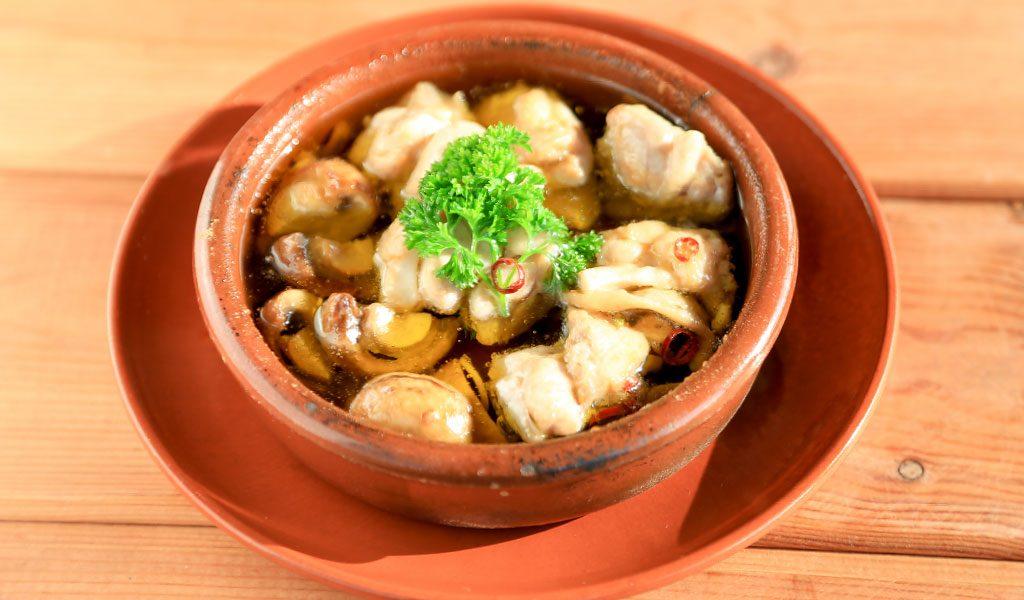 鶏肉とマッシュルームで作る「完熟オイルのアヒージョ」